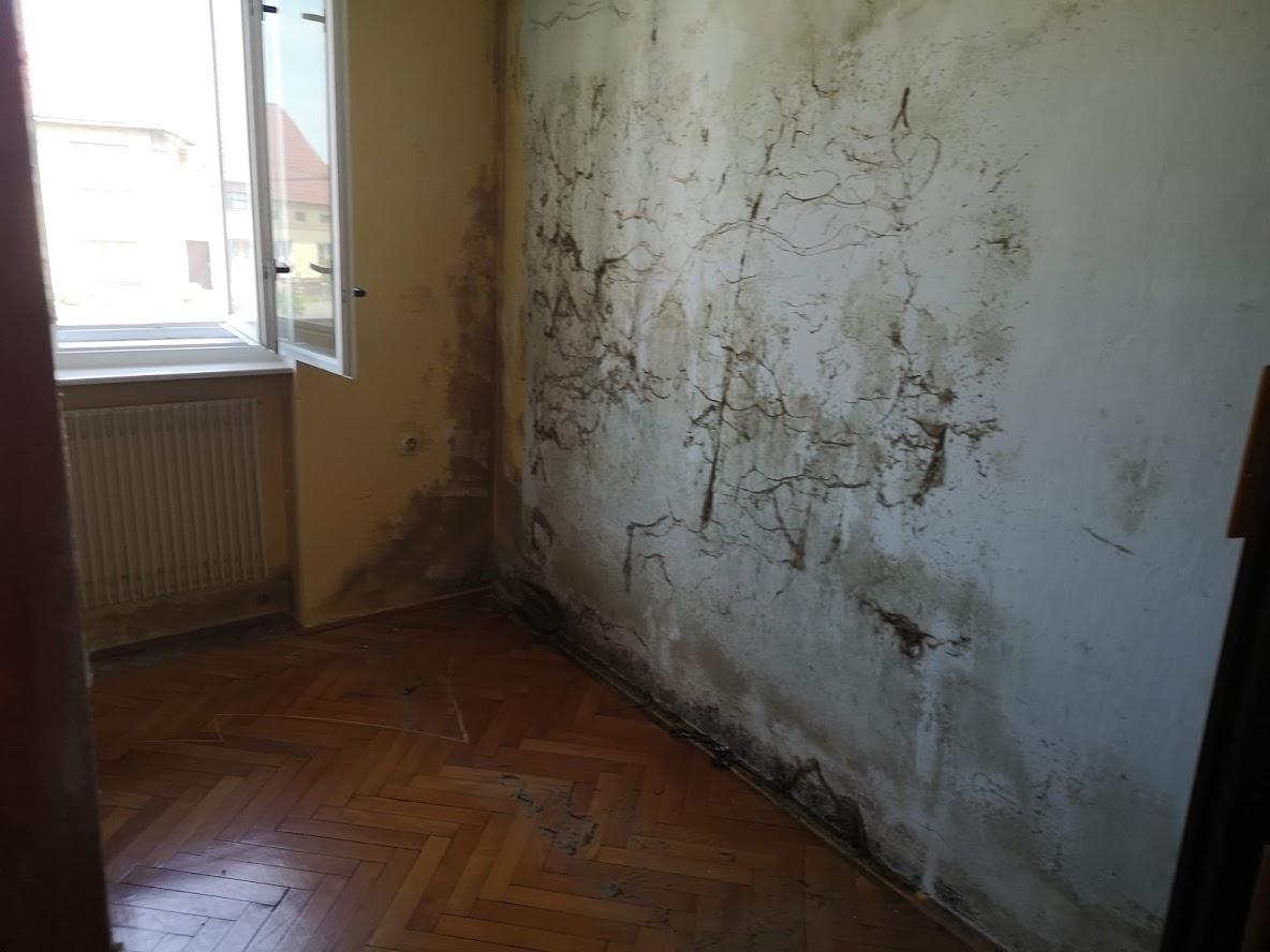 Původní, tedy stávající stav - Zeď za brutalistní neprodyšnou skříni