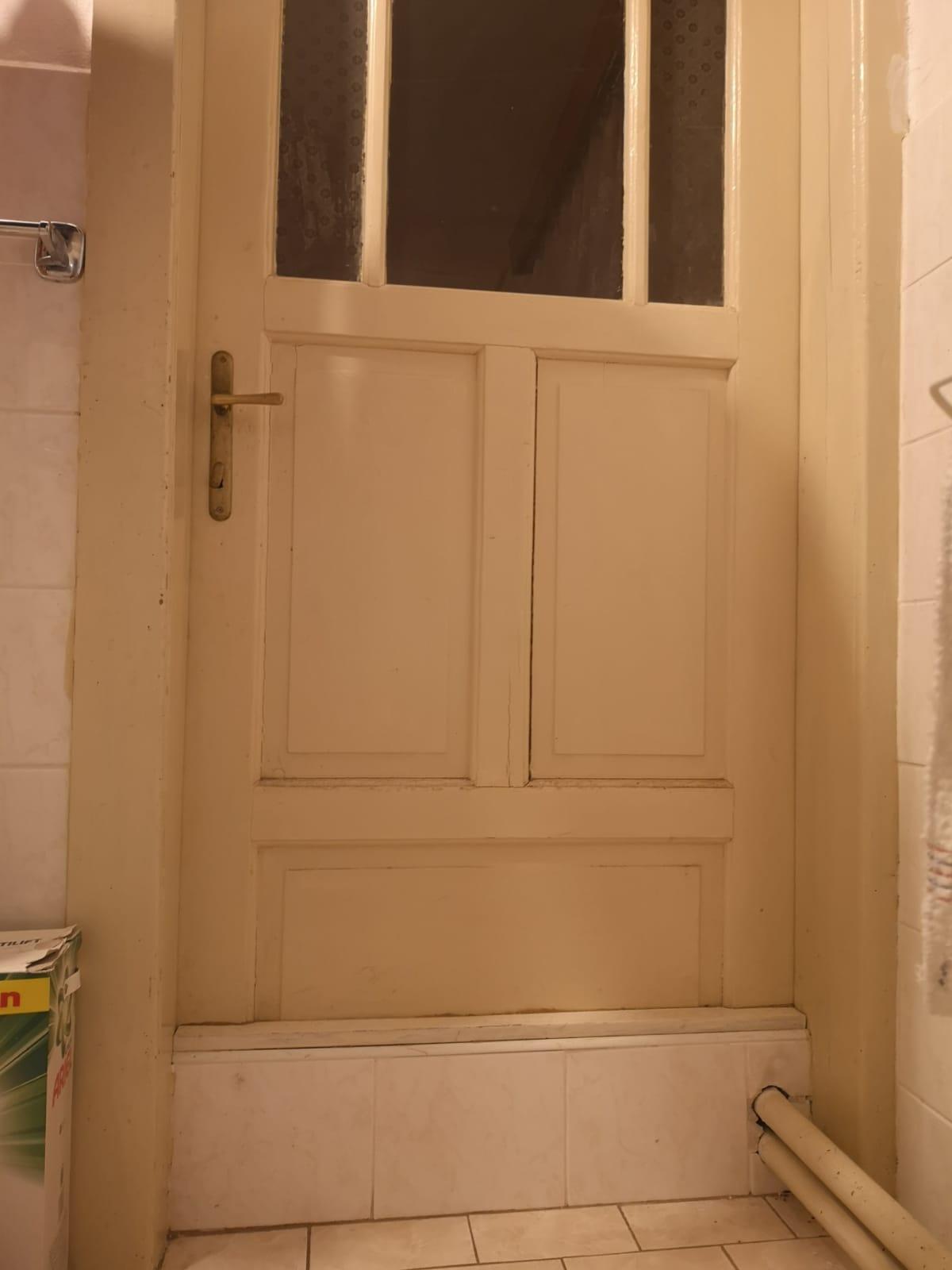 Původní, tedy stávající stav - Achjo...takové krásné dveře..uřezány kvůli trubkám..., ráda bych je nechala ale vůbec nevím, jestli to jde.....nadstavit.