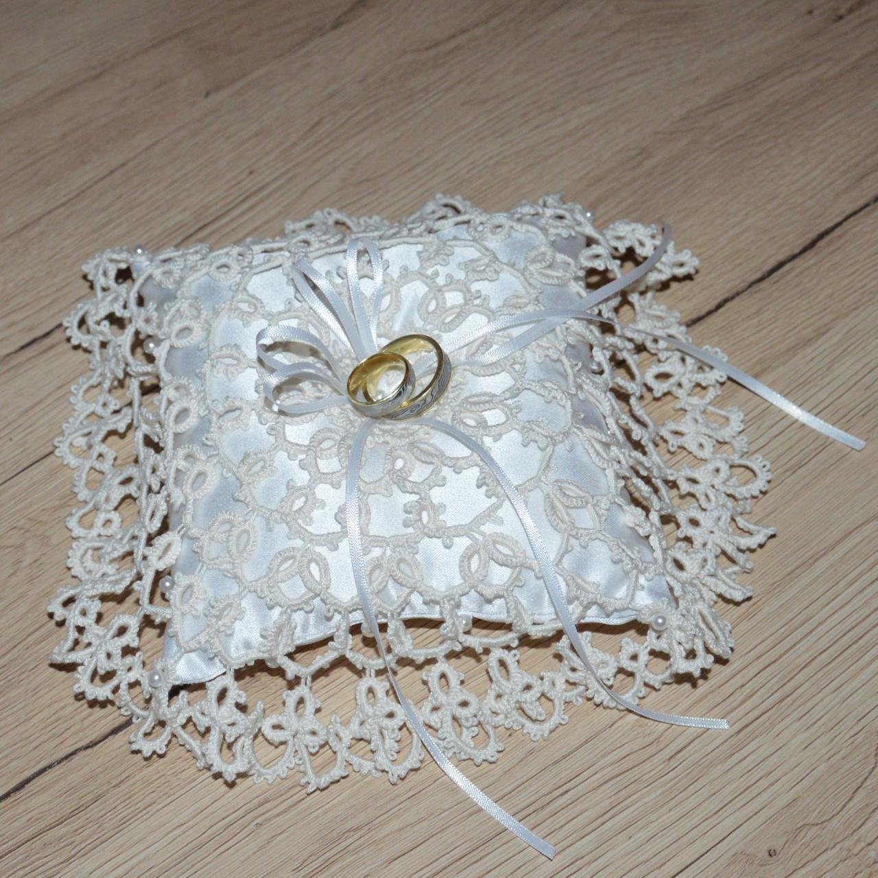 Svadba netradične - ručne robená čipka smotanovej farby na bielom vankúšiku