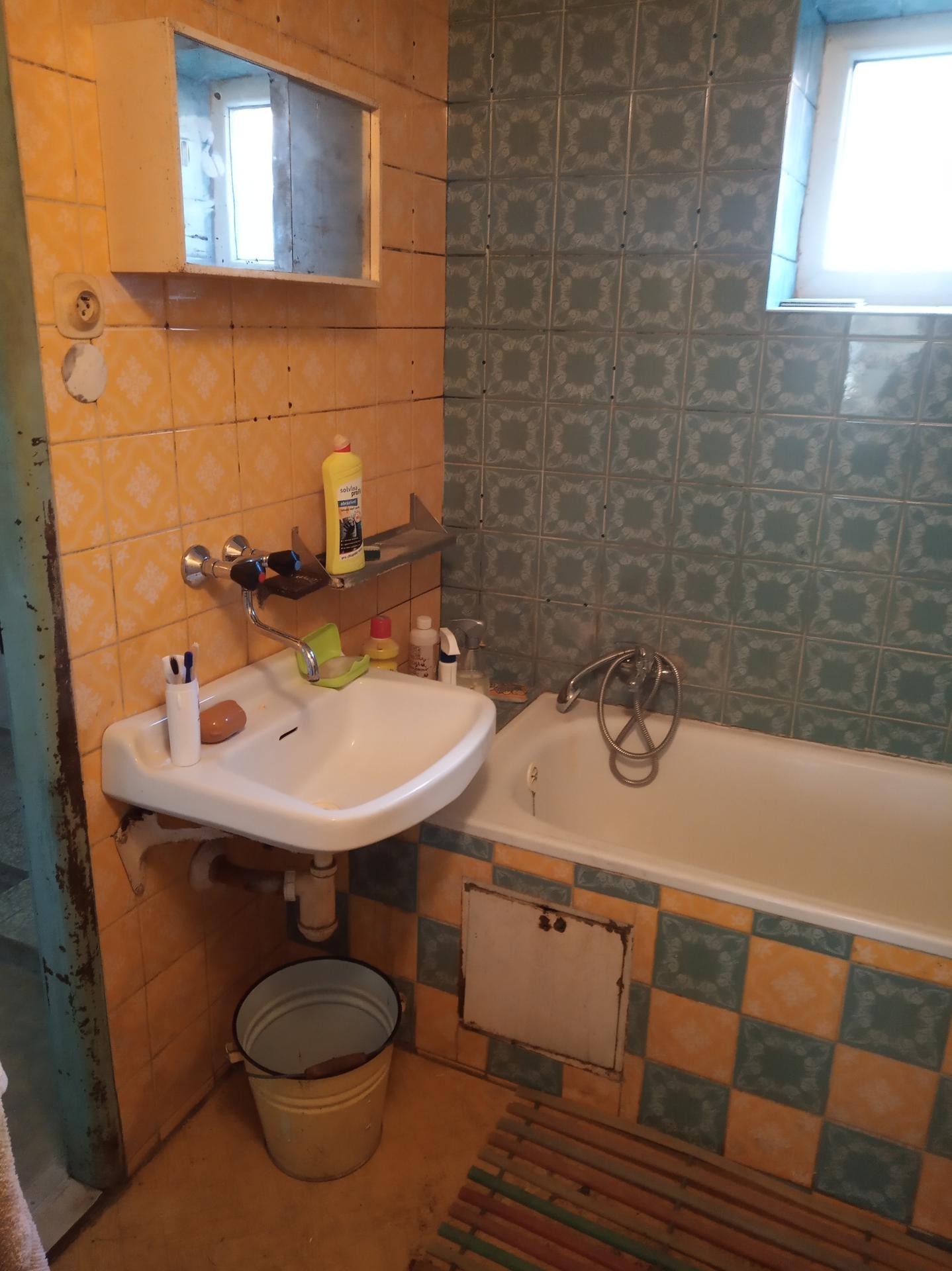 Koupelna - Původní koupelna vlevo