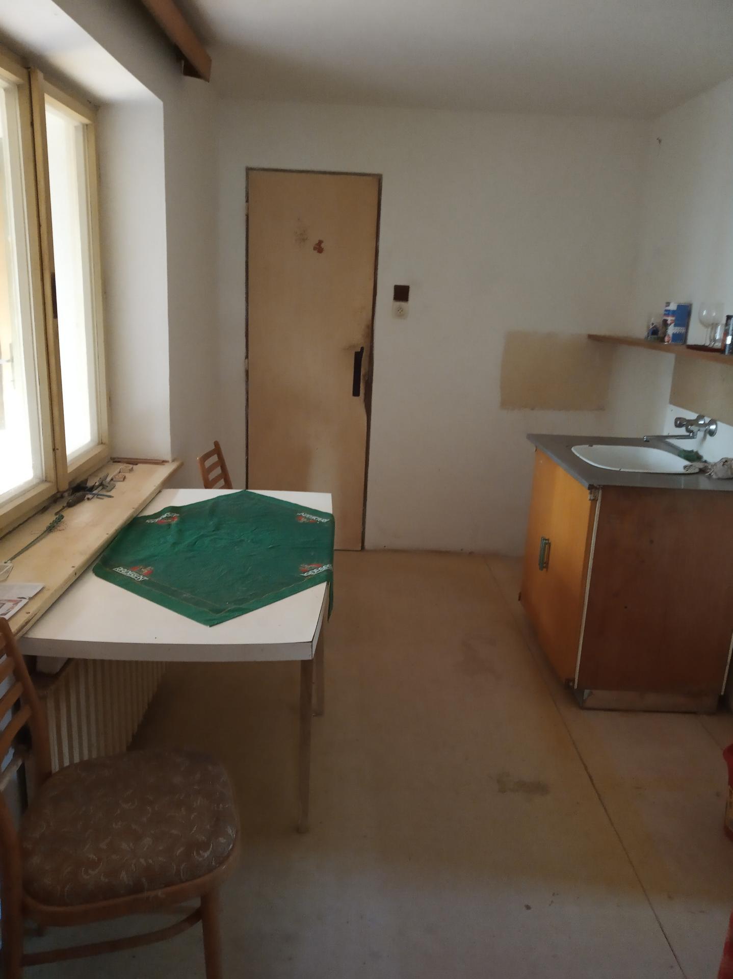 Kuchyň - téměř vyklizená kuchyň