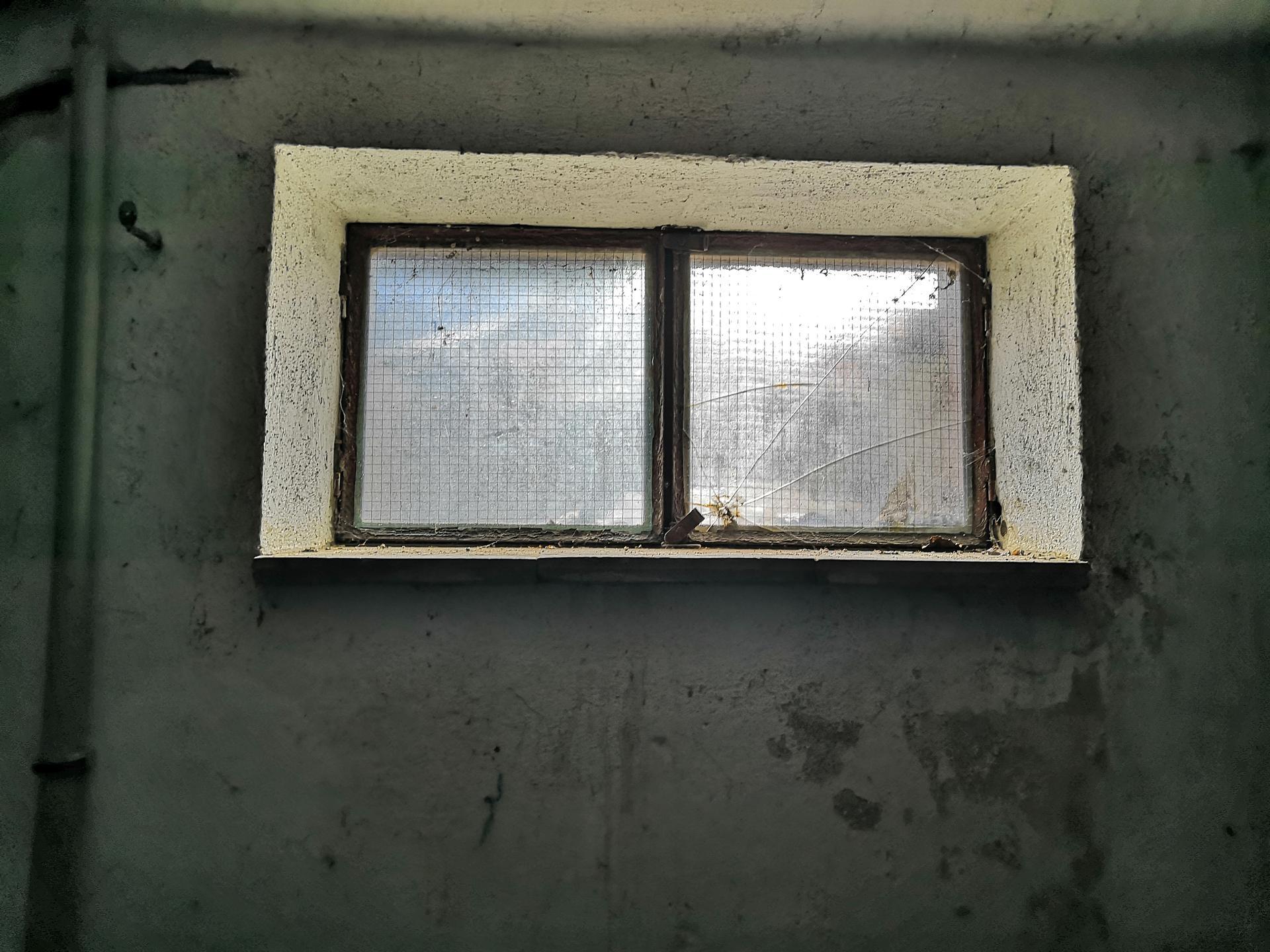 Suterén - Původní okno ve větší místnosti