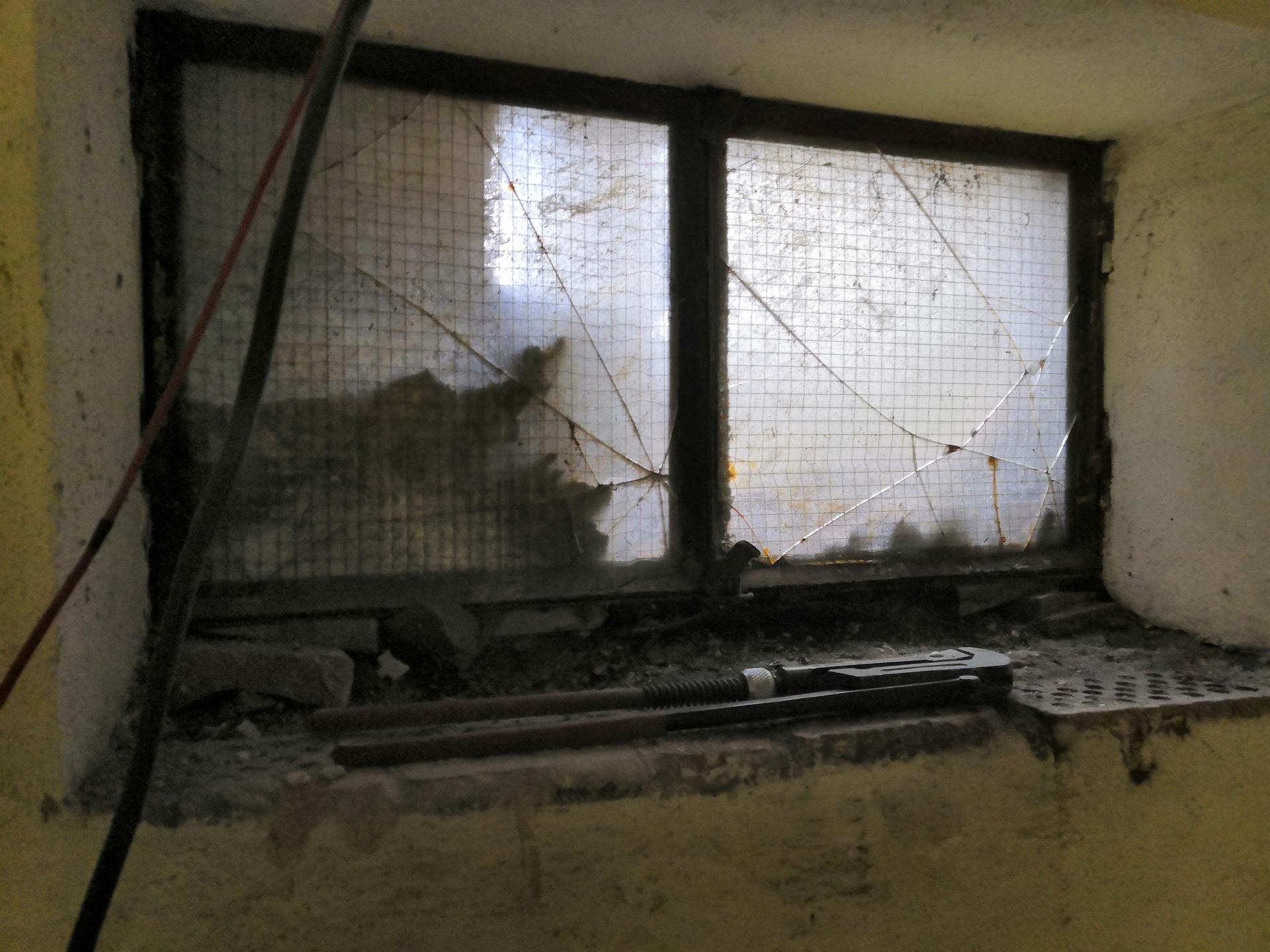 Suterén - Původní okno v menší místnosti