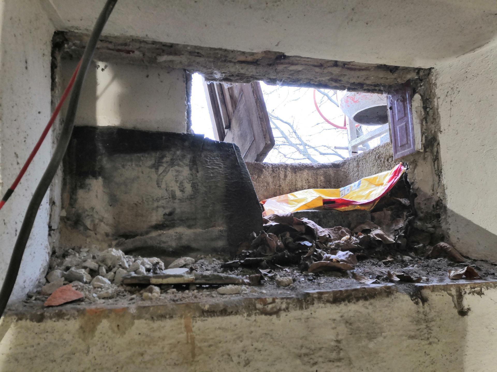 Suterén - Vybourané okno v menší místnosti