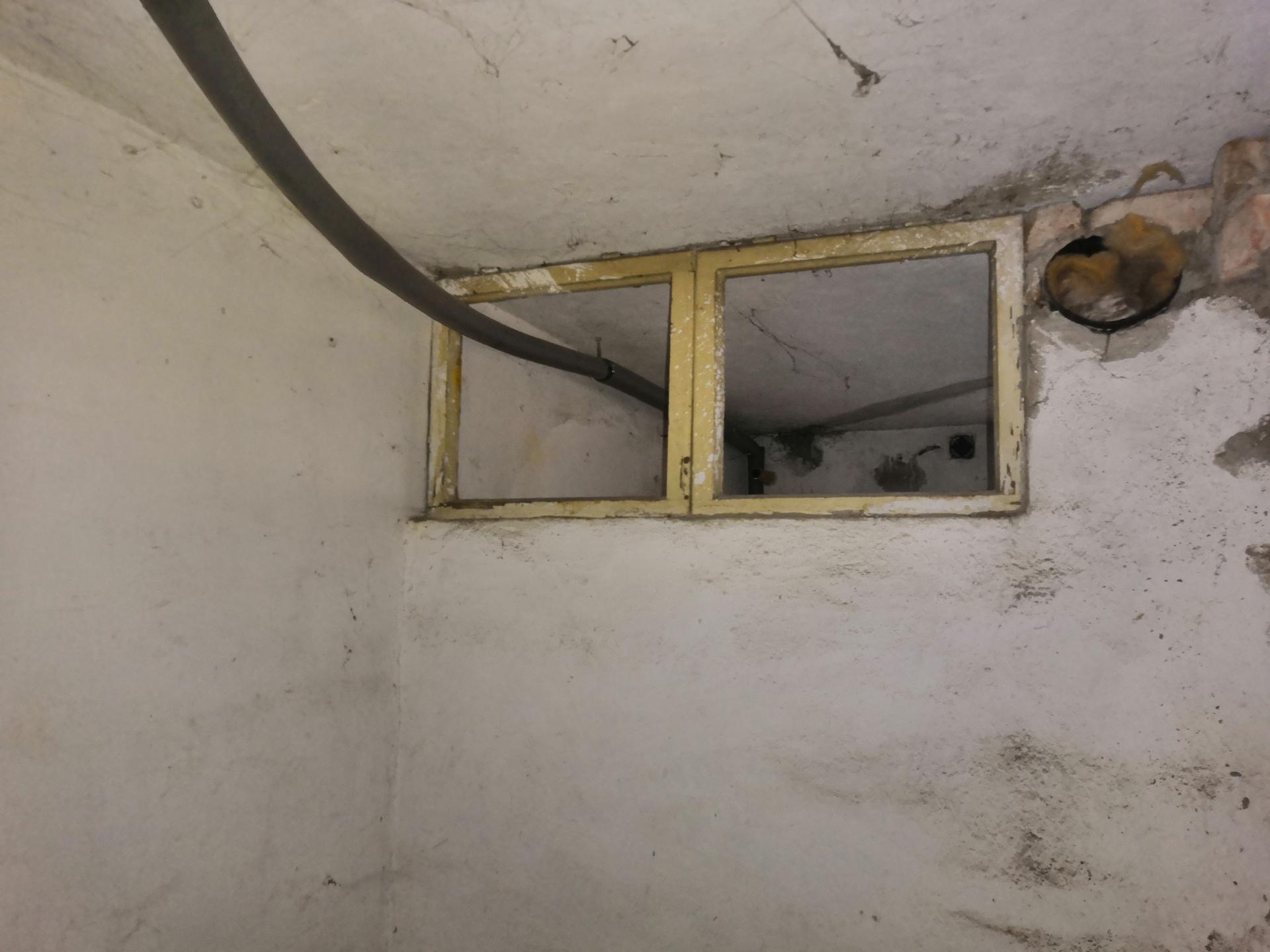 Suterén - Chlíveček ve větší místnosti zevnitř