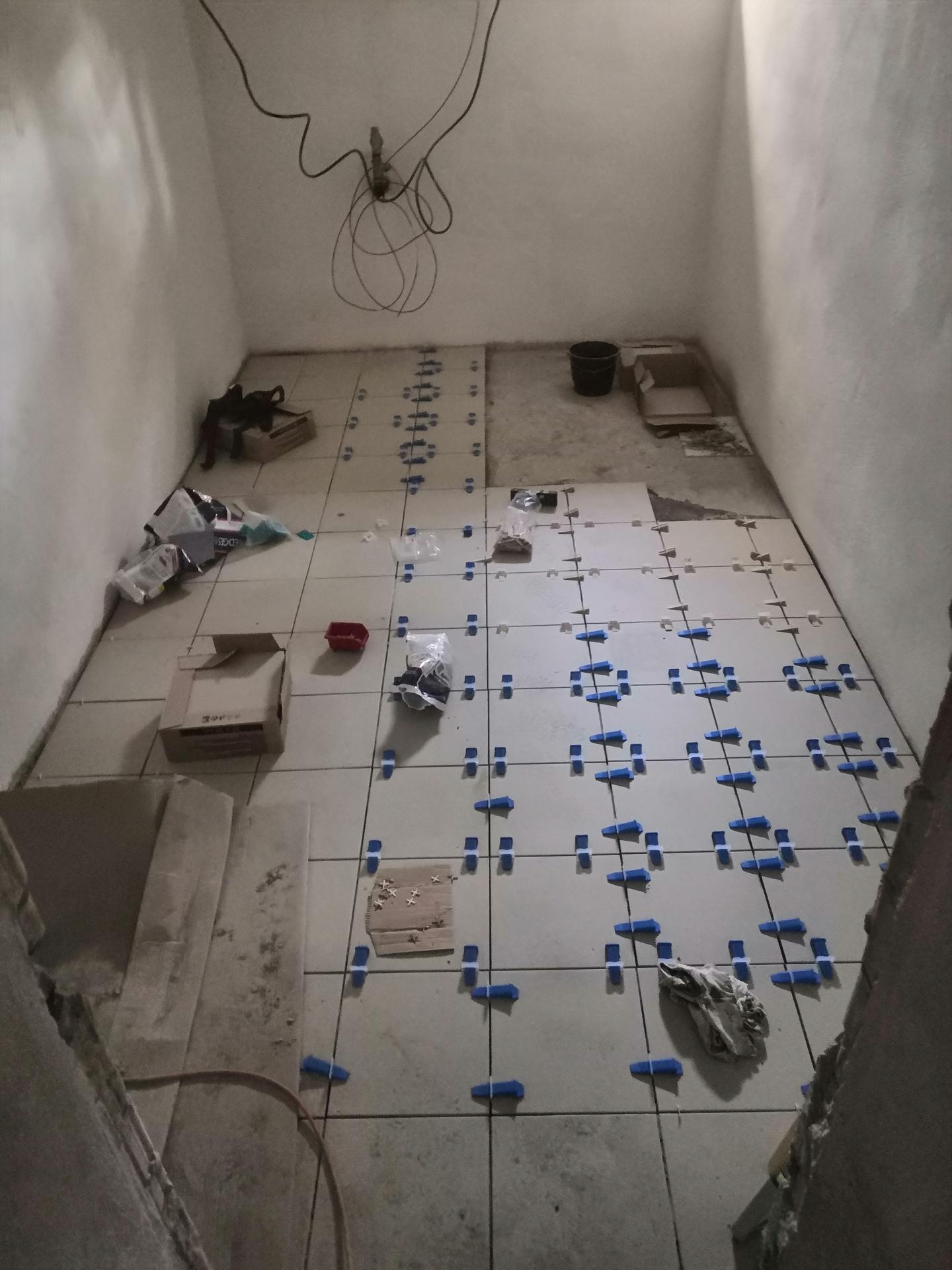 Suterén - Vymalovaná menší místnost a dláždím