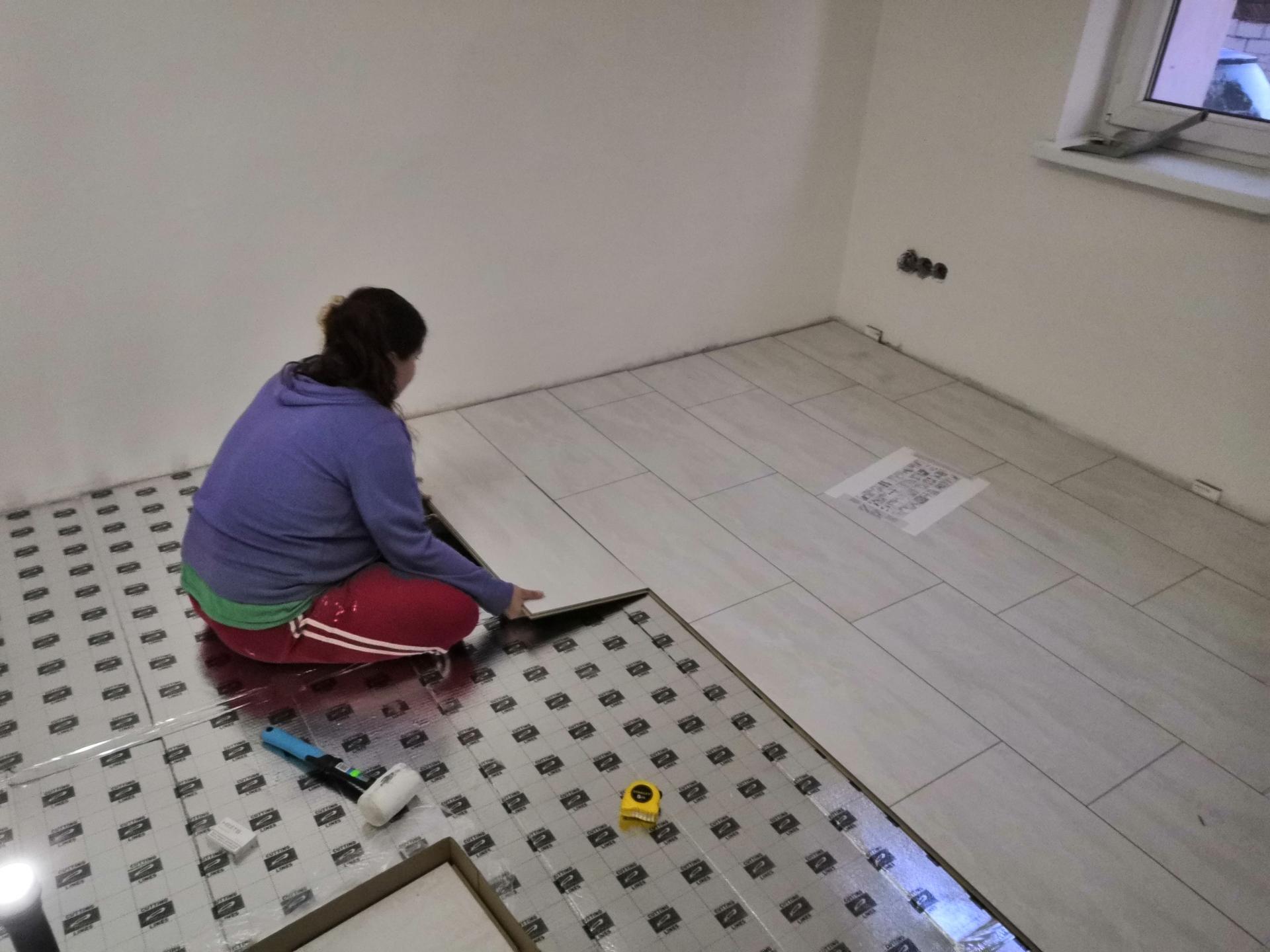 Ložnice - Vymalováno a plovoucí podlaha s keramickým povrchem