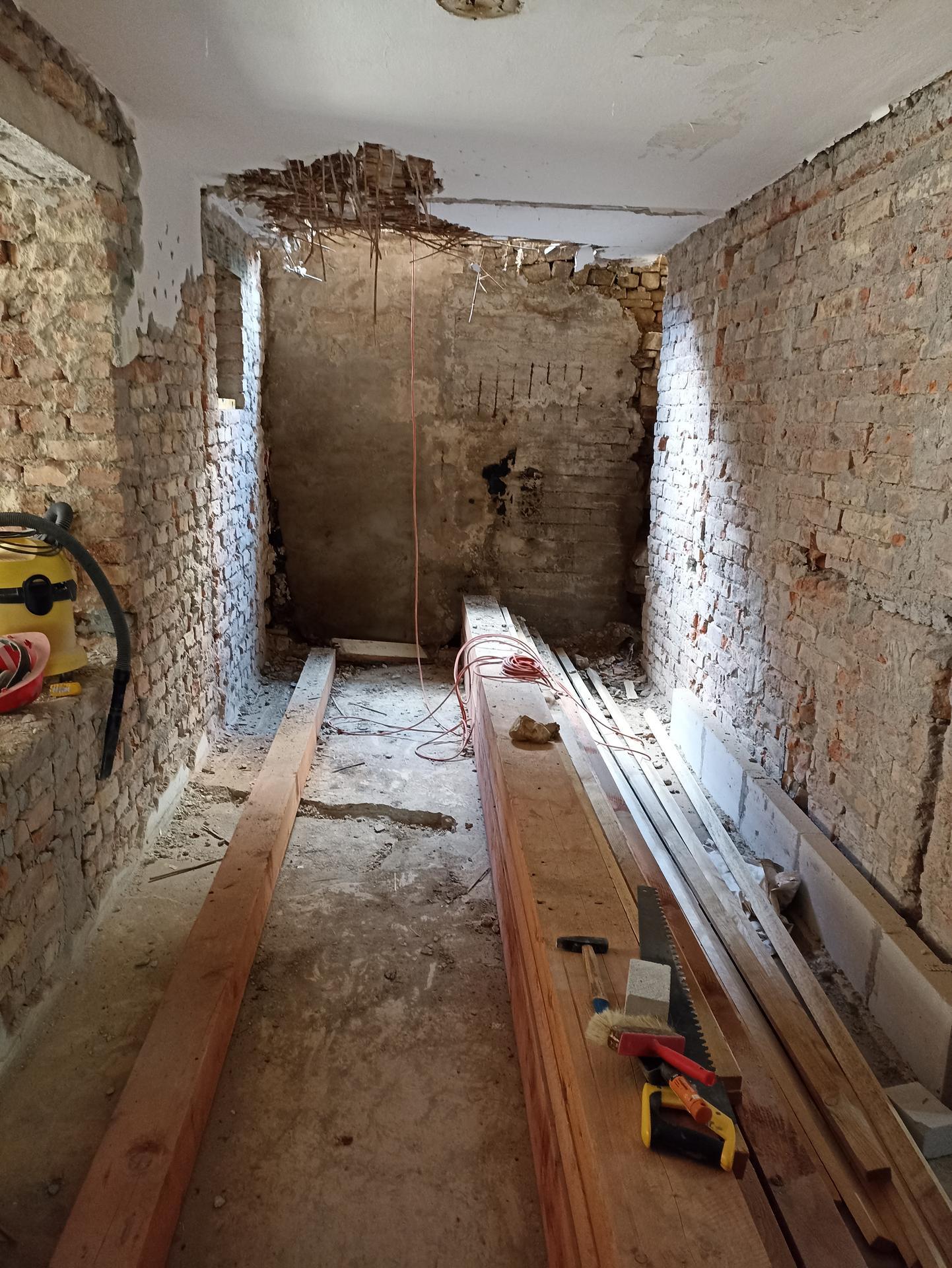 Kuchyň - Spižírna je fuč, bude se stavět opěrná zeď