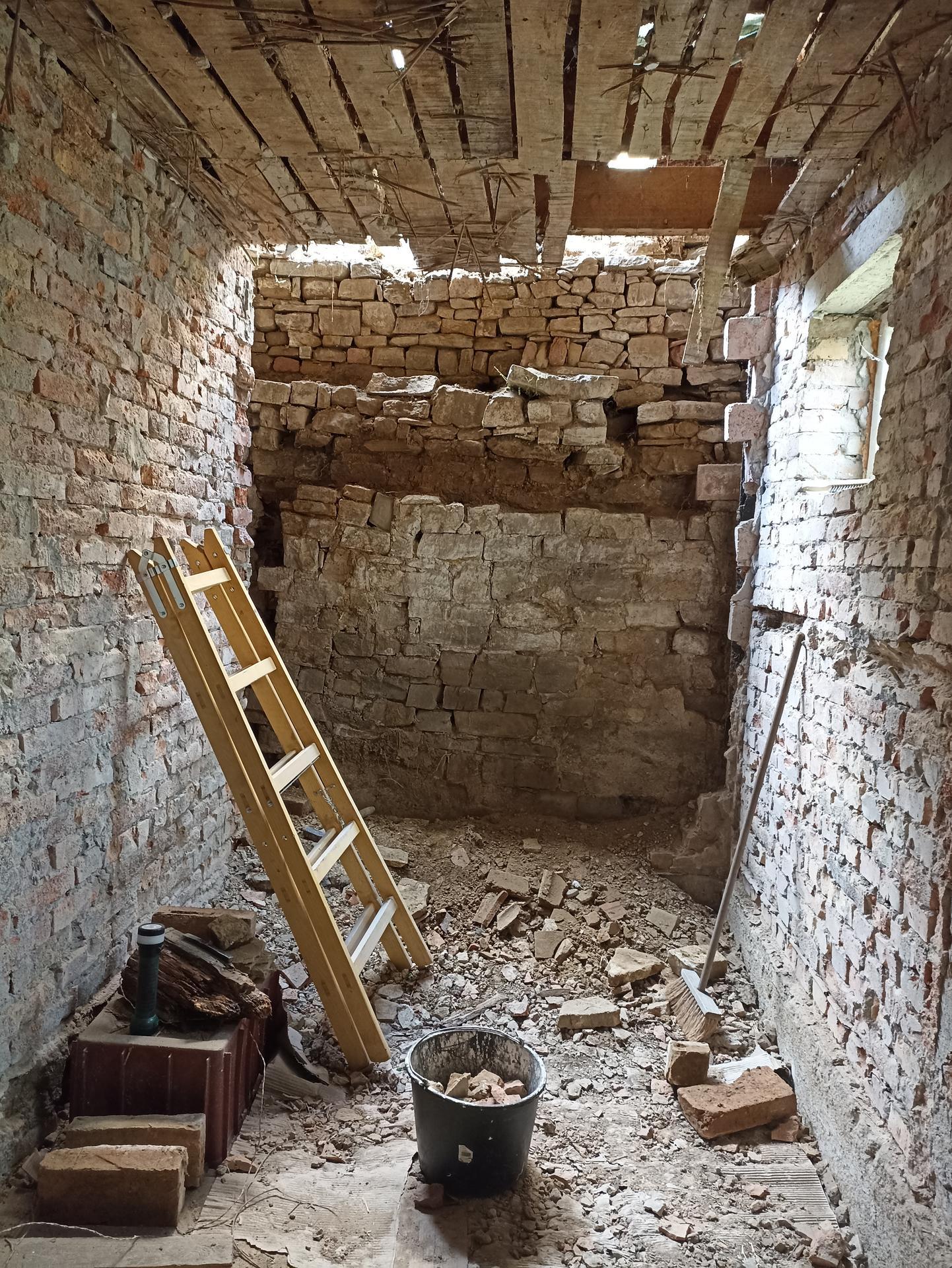 Koupelna - Všechno pryč, bude se kopat základ a stavět opěrná zeď 😕