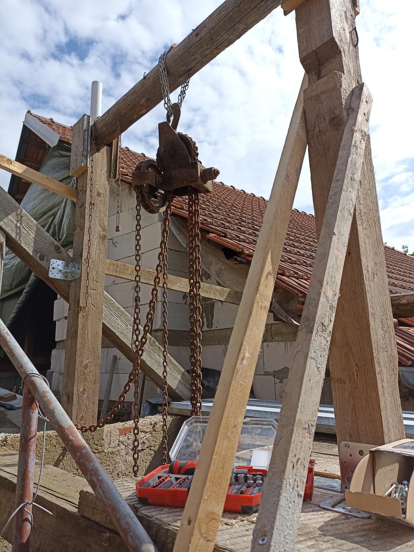 Spodní dvůr - Úkol zněl přišroubovat kladku k nějakýmu trámu a kámoš postavil tohle 😀