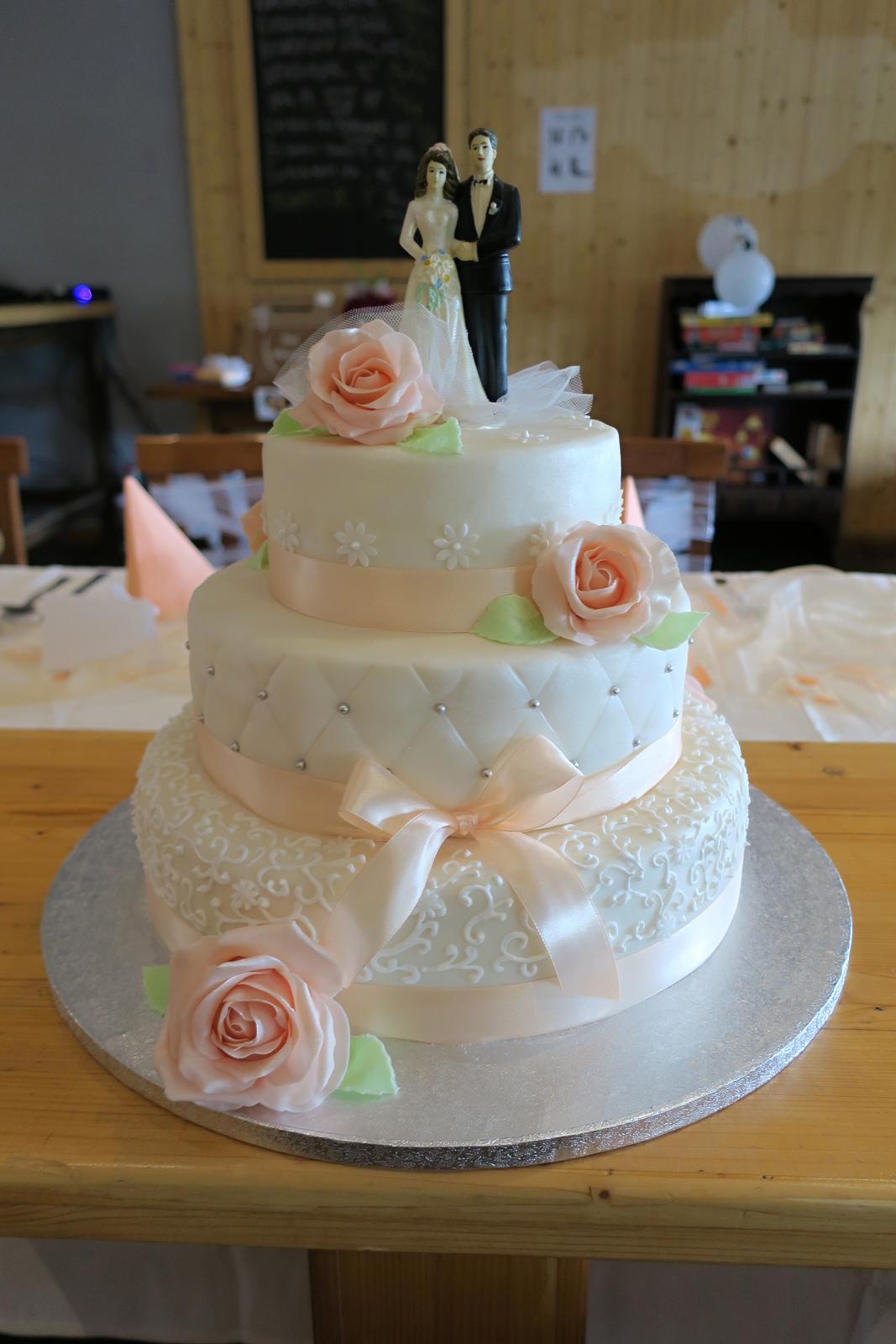 Lucie{{_AND_}}Petr - Nádherný dort od kamarádky ségry (17 let) :) její první třípatrový a její první svatební :)