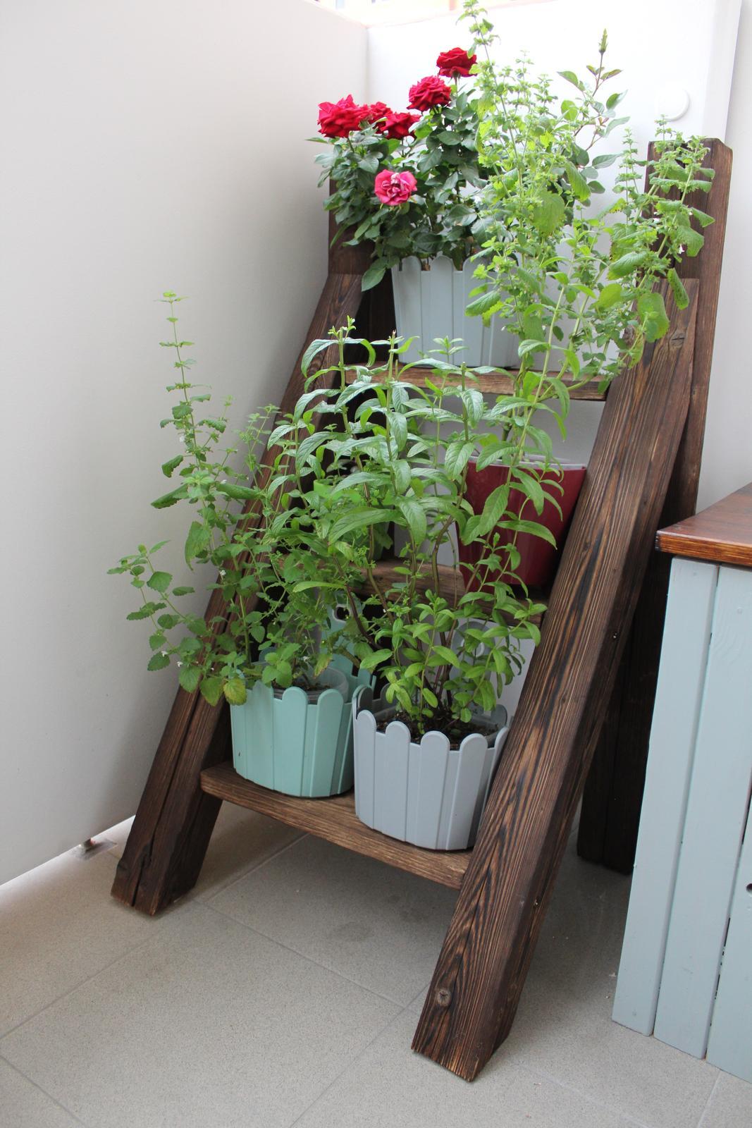 A takto sa hrám :) - rebrík na bylinky na balkón