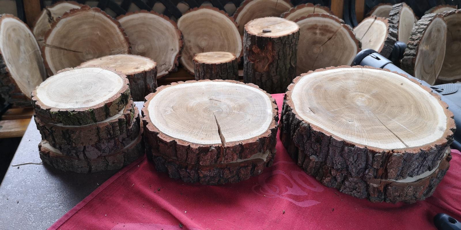 Dřevěné kulatiny různé velikosti - Obrázek č. 1