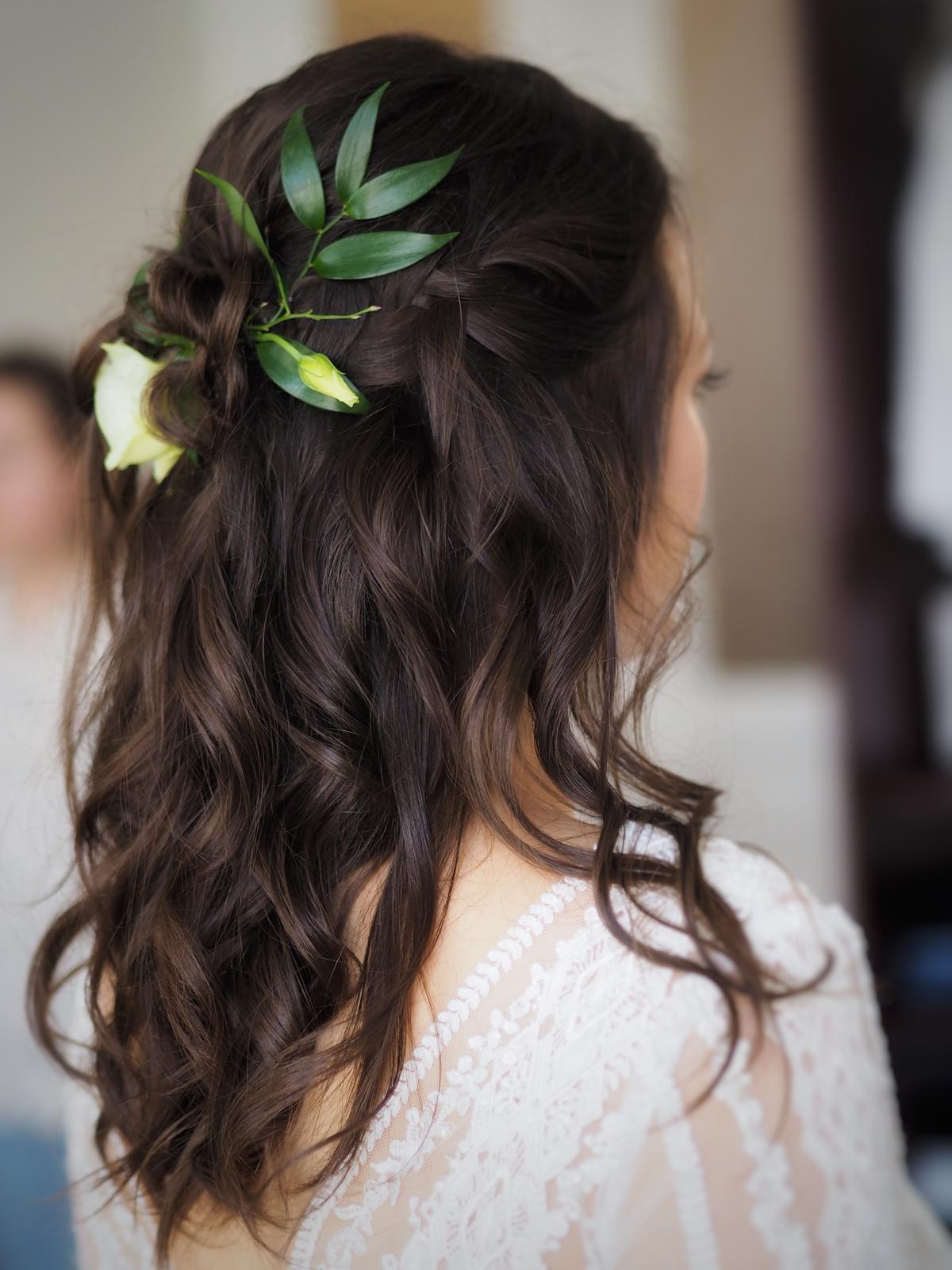 Účesy 2020 - Účes z volných vlasů pro nevěstu, nedbalé vlny s rovnými konci a zapletenými vlásky pryč z čela💛