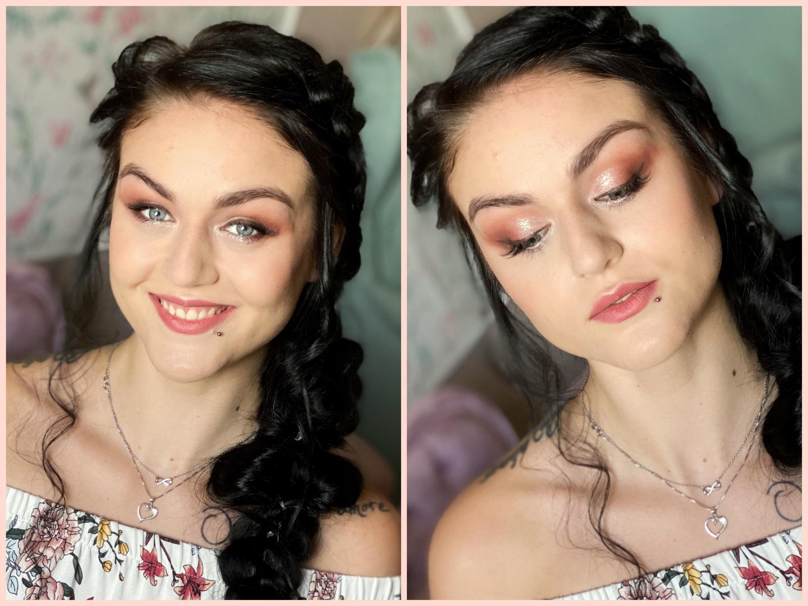 Makeup & hair 2020 - Stínované očko s linkou,nalepenými trsíky řas a spodní stříbrnou linkou🙏🏻💛
