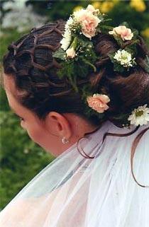 Zásnuby - pekný účes, ale ja chcem mať rozpustené vlasy s kamienkami