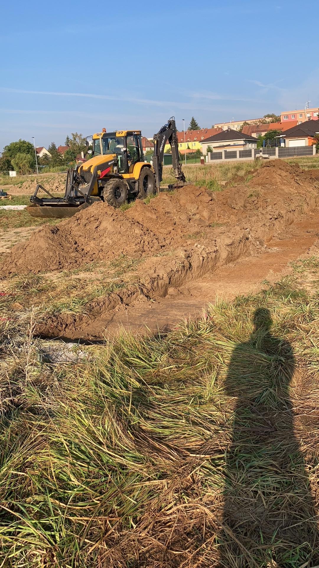 Stavba našeho domku - 8.9.2021 Zahájení výkopových prací