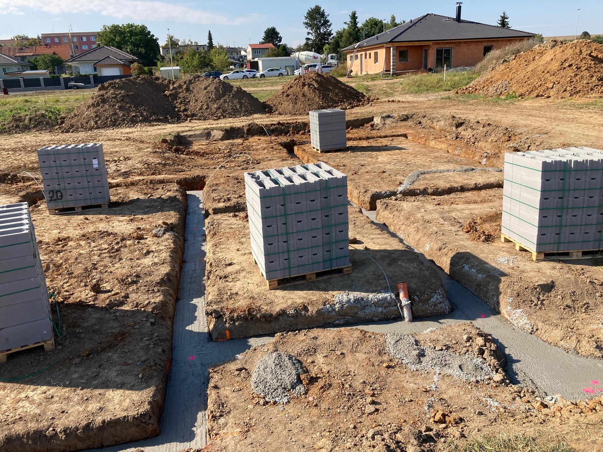 Stavba našeho domku - 9.9.2021 Vylití základových pásů