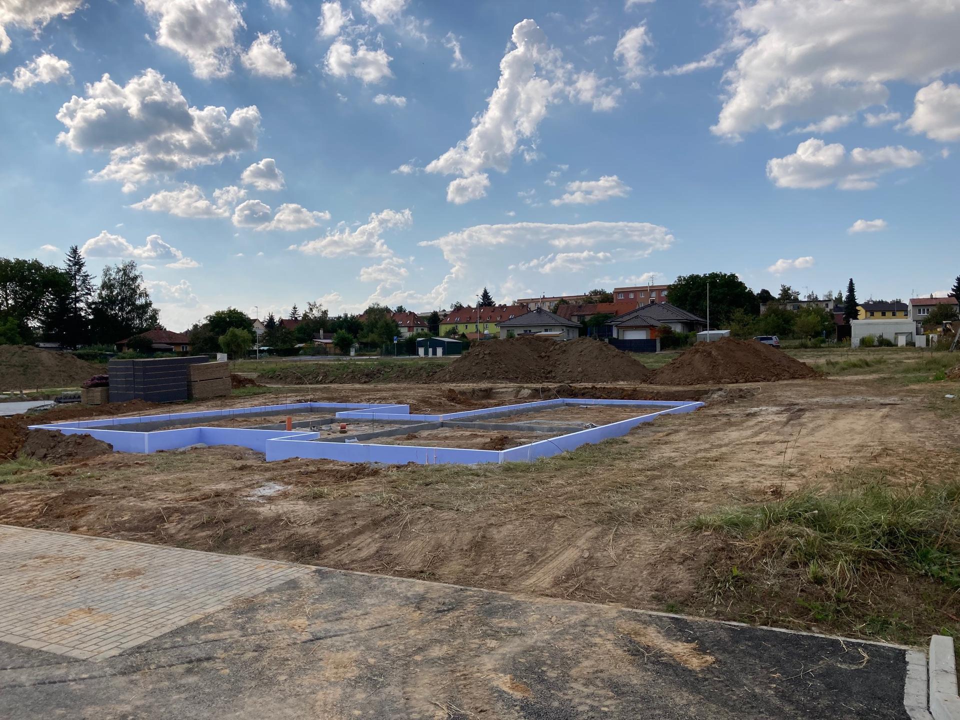 Stavba našeho domku - 10.9.2021 Ztracené bednění, zateplení soklu