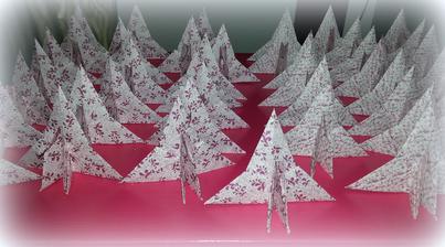 sbíra origami připravených na jmenovky