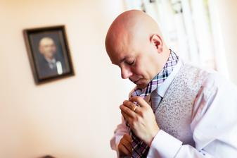 zvládá kravaty i těm, kteří v tom nejsou zběhlí :-)