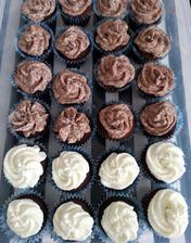 čokoládové cupcakes s pařížským a vanilkovou šlehačkou
