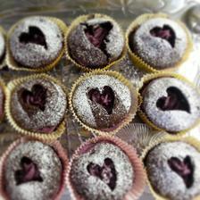 Čokoládové cupcake s krémem z tvarohu a černého rybízu