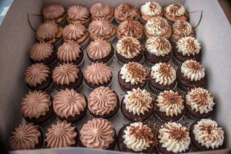 čokoládové s pařížskou šlehačkou a vanilkovou šlehačkou