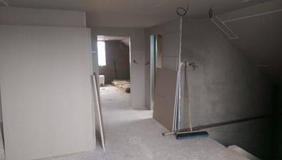vpravo pidi koupelna, vlevo pokoj, a pak půda volny prostor kancelář