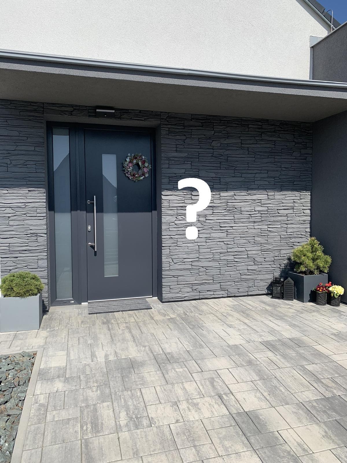 Přemýšlím jestli a co dát ještě na pravou stranu u vchodu, poradíte? - Obrázek č. 1