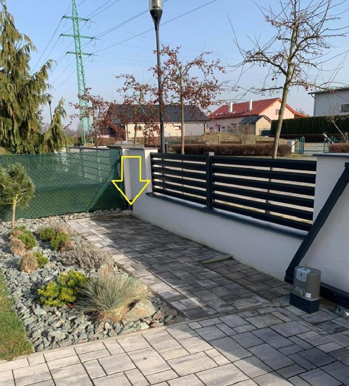 """Prosím o radu. V rohu u plotu se nám bohužel stále drží voda, když zaprší nebo teď když roztál sníh. Dle mého je to málo vyspádované a nebo tam měla být drenéž či nějaký """"odtok"""". S kritikou jsem ale doma  moc nepochodila. Nevíte jak to nejlépe vyřešit? Pod plotem je beton. - Obrázek č. 1"""