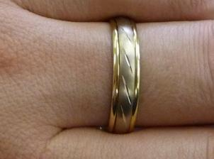 Detail ženichova prstýnku