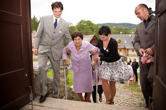 Babička s pomocí boží :-) a hlavně dobrých kamarádů dojde do kostela.