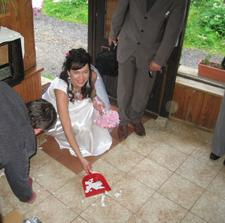 ...Nevěsta si pozůje a hele kdo už maká... ;-)
