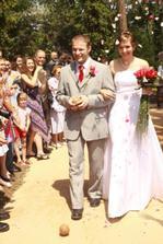 Novomanželé procházejí špalírem
