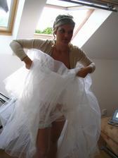 Oblékání... vykukuje i podvazek:-)