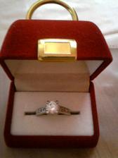 Takýto nádherný snubný prsteň som dostala od svojho miláčika . . .:-D