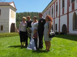 s bráškou nevěsty a jeho nastávající a sestřičkou ženicha se synkem Míšou