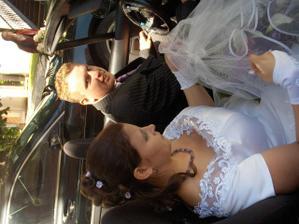 spolu v autě při odjezdu na oběd