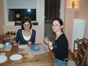 kolegyna Katka a moja sestra Mata mi pomahali vyrabat mesteky na cukricky pre hosti