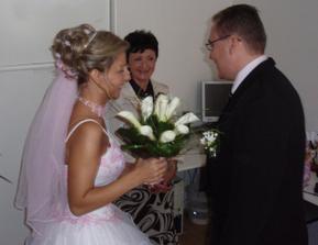 Ženich předává kytičku nevěstě