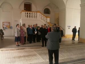 Při odchodu z obřadu nám zpíval sbor:-) (dárek od mé tchýně Lady)