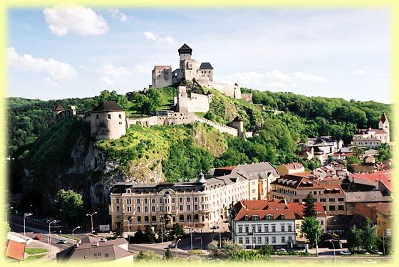 Tweeny - tak pod tymto hradom a skalou sa budeme veselit .... HOTEL TATRA Trencin