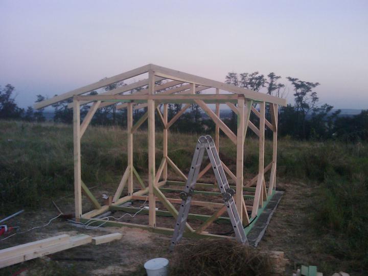 Zaciname stavet - nemame kam ulozit naradi a kde se schovat pred destem, ci sluncem, takze si postavime drevenou chaticku