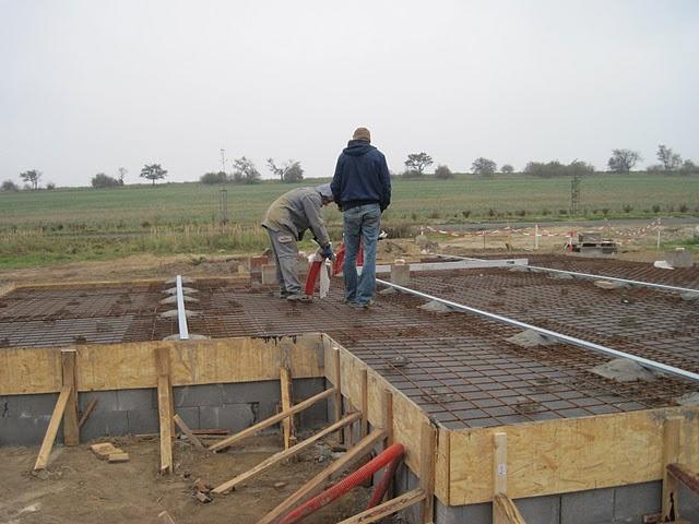 Zaciname stavet - pripravena deska, cekame na beton, uz maji zpozdeni