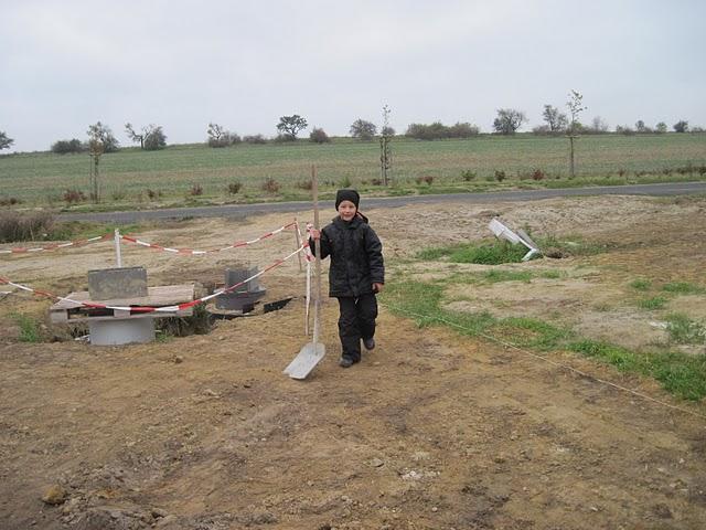 Zaciname stavet - vsichni muzi z rodiny pracuji :o)