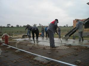 mame samonivelacni beton, snad ta potrebna rovina bude