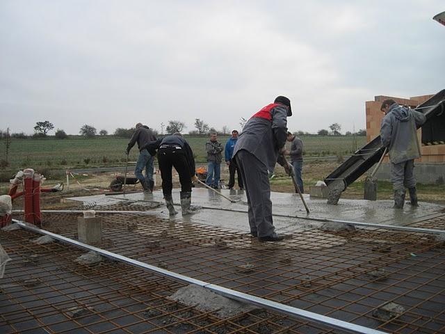 Zaciname stavet - mame samonivelacni beton, snad ta potrebna rovina bude