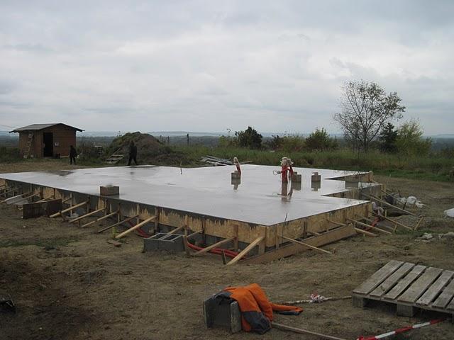 Zaciname stavet - a kdyz to dobre dopadne, tak za mesic uz tu bude hruba stavba.
