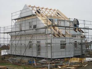 leseni uz stoji, delaji se krovy